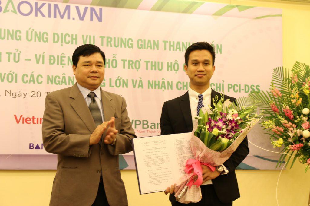 Anh Nguyễn Trung Đức – Giám đốc Bảo Kim (bên phải) đón nhận Giấy phép từ Ông Bùi Quang Tiên – Vụ trưởng Vụ thanh toán Ngân hàng Nhà nước Việt Nam