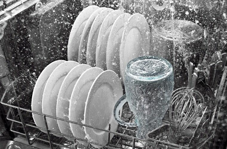 Máy rửa bát sử dụng nước nóng để diệt khuẩn